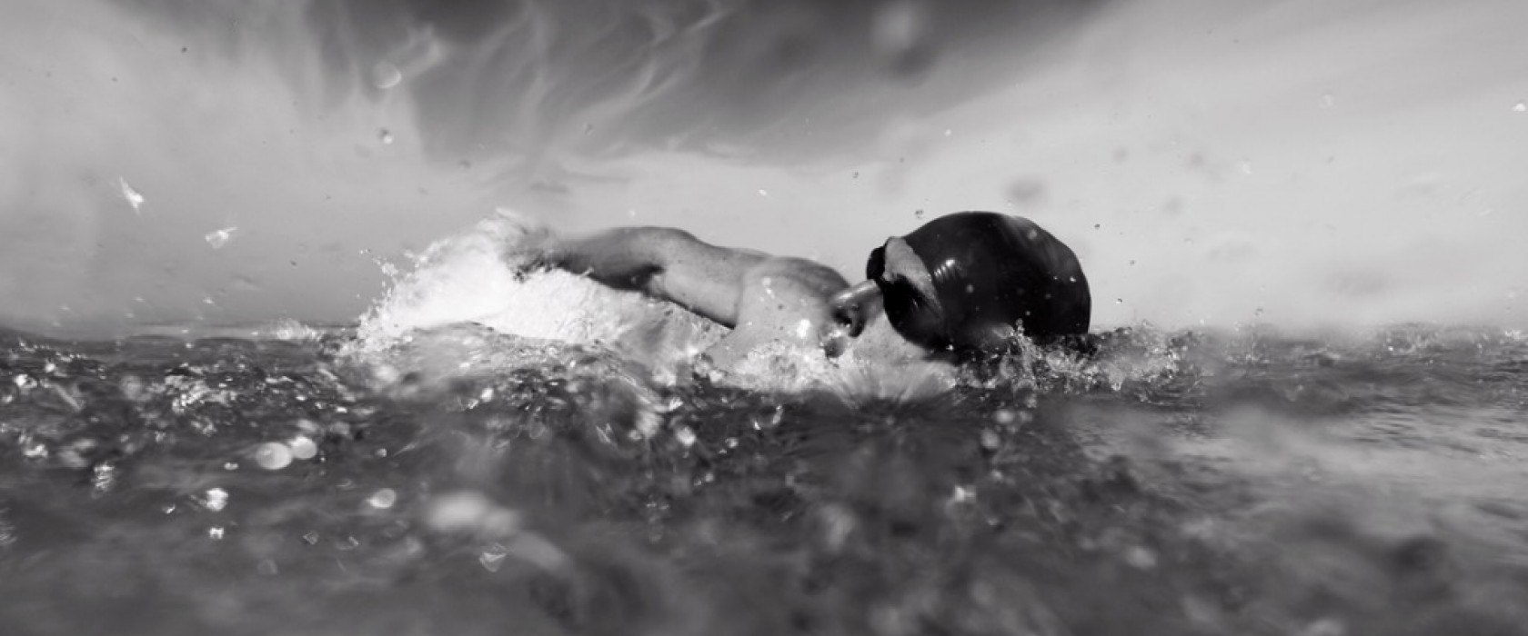 long-distance-swimmer-picture-id171308120-1680x700